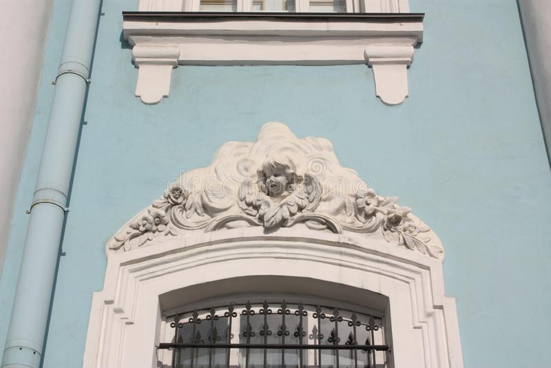 bassorilievo di un angelo sopra la finestra fotografie stock libere da diritti