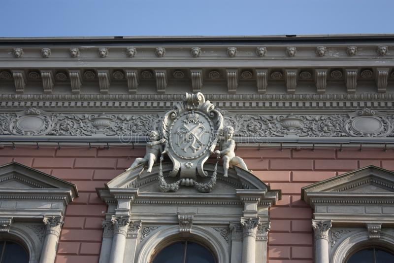 bassorilievo di un angelo sopra la finestra fotografia stock libera da diritti