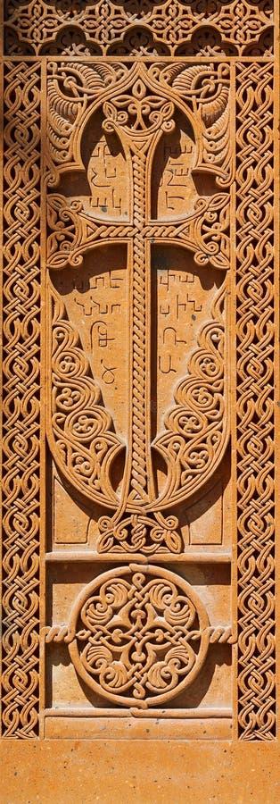 Bassorilievo scolpito cristiano Sulla pietra disposta i wi dell'ornamento immagini stock