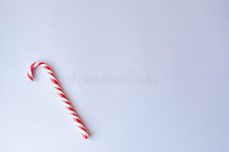 Bastão do caramelo em um fundo cinzento fotos de stock