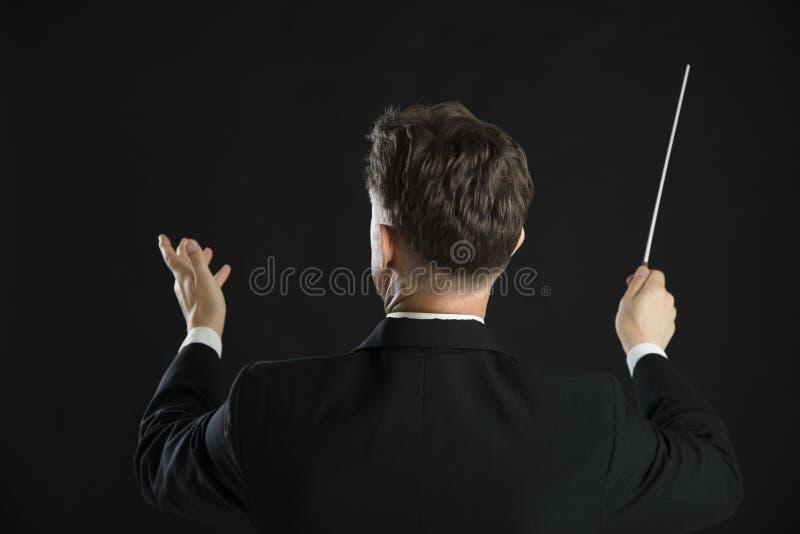 Bastão masculino de Directing With His do condutor da música imagens de stock