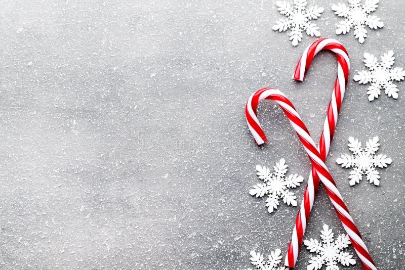 Bastón de caramelo Decoraciones de la Navidad con el fondo gris imagenes de archivo
