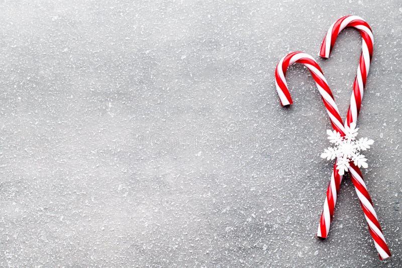 Bastón de caramelo Decoraciones de la Navidad con el fondo gris foto de archivo