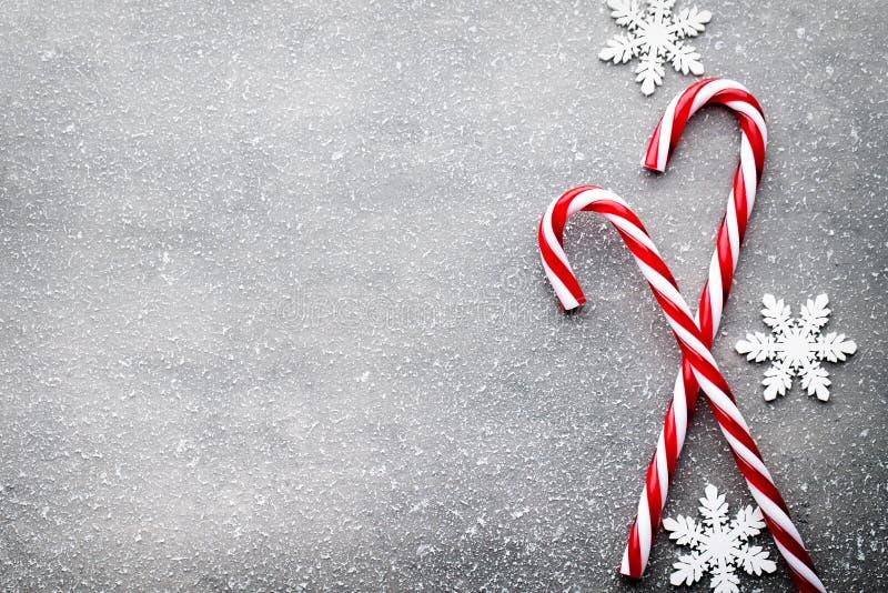 Bastón de caramelo Decoraciones de la Navidad con el fondo gris fotos de archivo