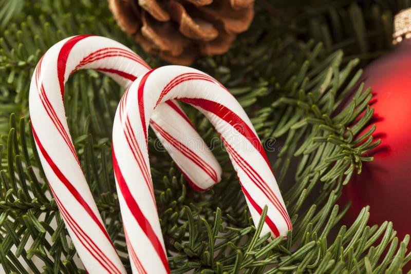 Bastón de caramelo festivo de hierbabuena de la Navidad imágenes de archivo libres de regalías
