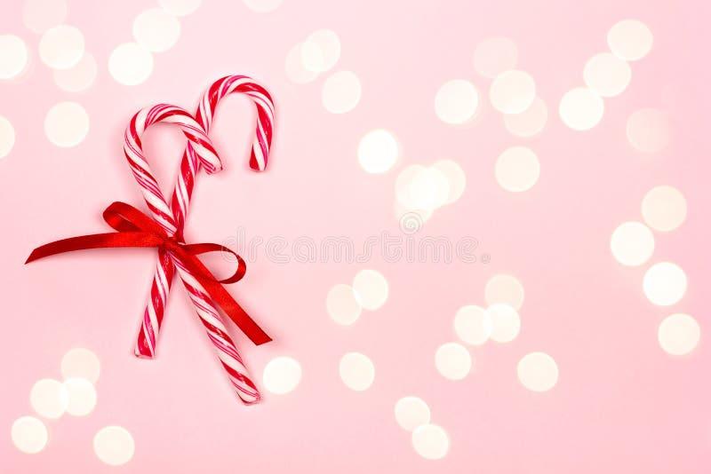 Bastões de doces do Natal no fundo cor-de-rosa imagens de stock royalty free