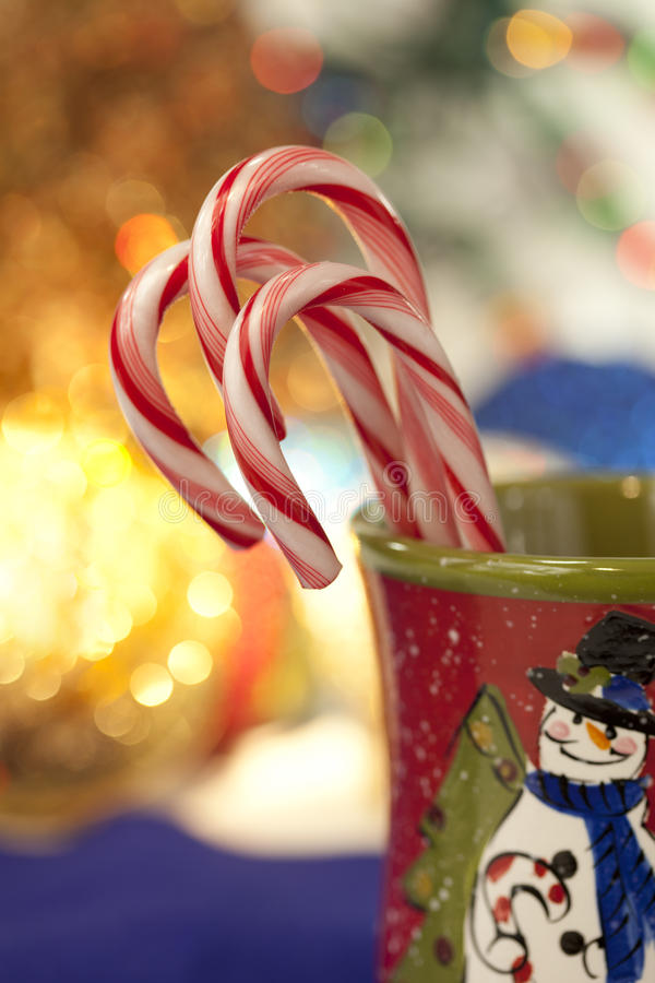 Bastões de doces do Peppermint no copo do Natal foto de stock royalty free