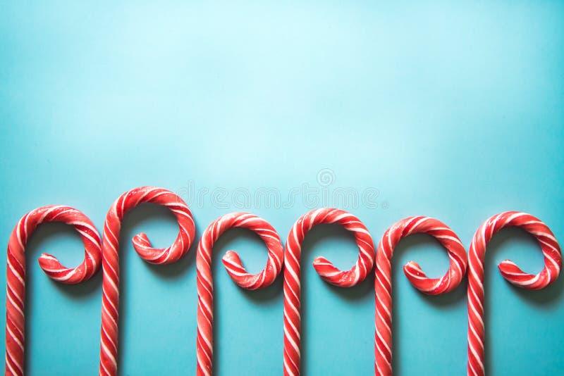Bastões de doces festivos do Natal no fundo pastel fotos de stock royalty free