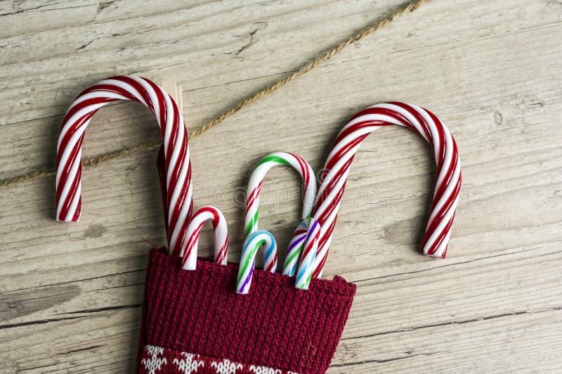 Bastões de doces na meia do Natal imagens de stock