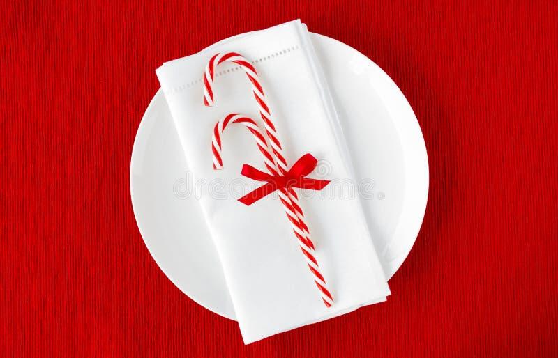 Bastões de doces no guardanapo e na placa brancos imagem de stock royalty free