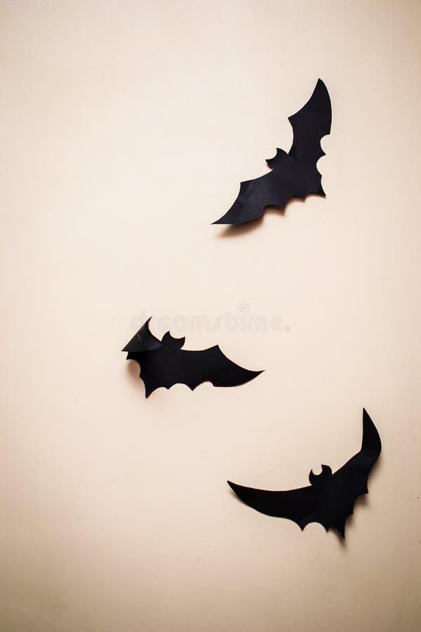 Bastões feitos do papel em um fundo escuro homogêneo foto de stock royalty free