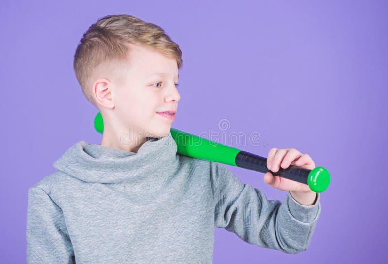Bast?o de beisebol da posse do menino Esporte e passatempo O menino do adolescente gosta do basebol Lazer e estilo de vida ativos imagens de stock royalty free