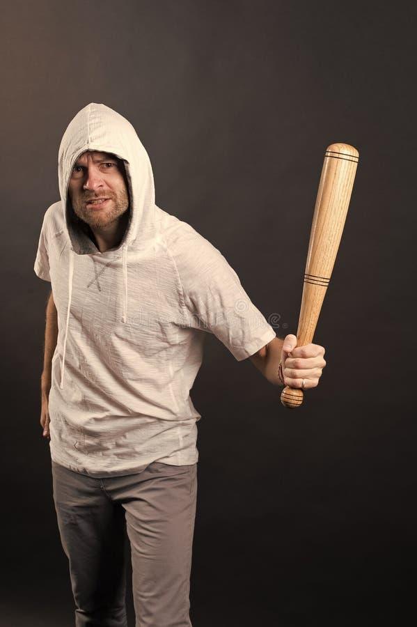 Bast?o de beisebol farpado da posse do homem Capa do desgaste do hooligan no tshirt do hoodie O indiv?duo do g?ngster amea?a com  foto de stock