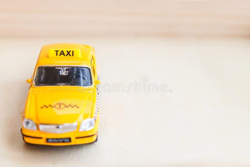 Basta projetar modelo de táxi táxi táxi para retrô-toy de cor amarela em fundo de madeira Símbolo do automóvel e do transporte Tr fotos de stock