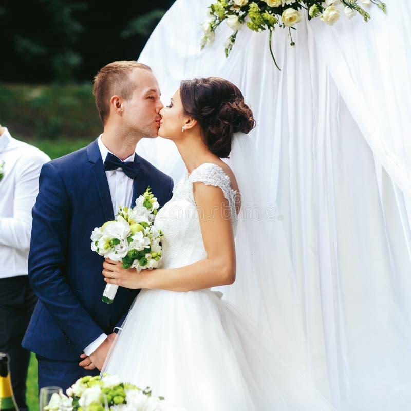 Bastante apenas la pareja casada besa la situación detrás de una Alta que se casa imágenes de archivo libres de regalías