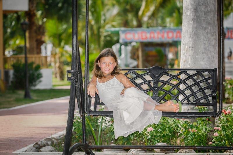 Bastante, niña sonriente que se relaja en vinta viejo imágenes de archivo libres de regalías