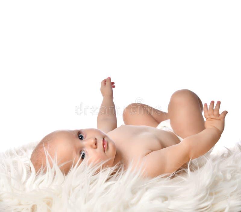 Bastante recién nacido tendido en una blanda y ligera manta aislada en blanco fotografía de archivo