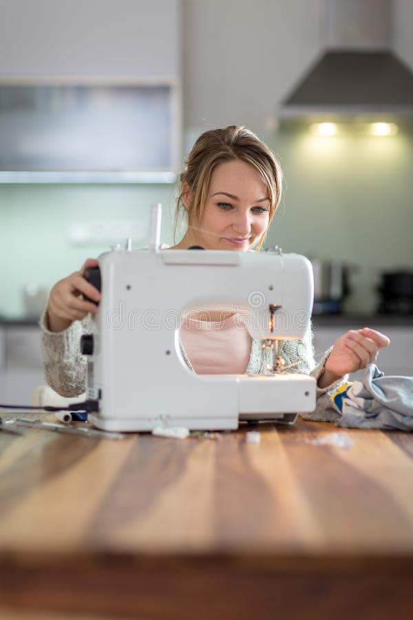 Bastante, ropa de costura de la mujer joven fotos de archivo libres de regalías