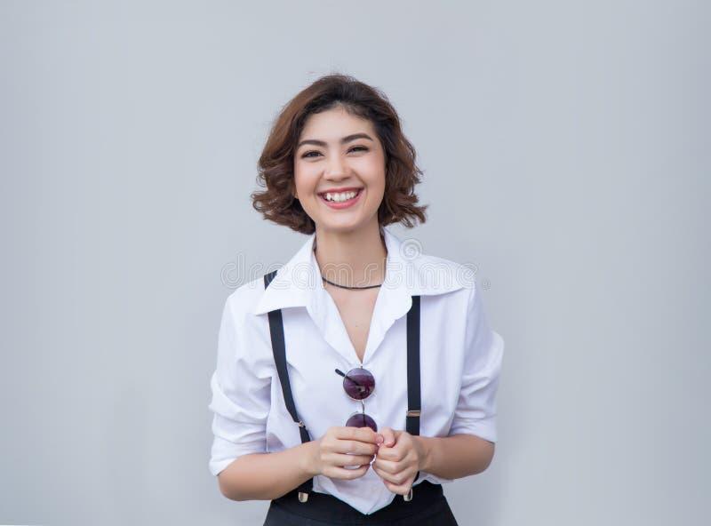 Bastante sonriendo hembra alegre asiática con el pelo corto rizado fotografía de archivo