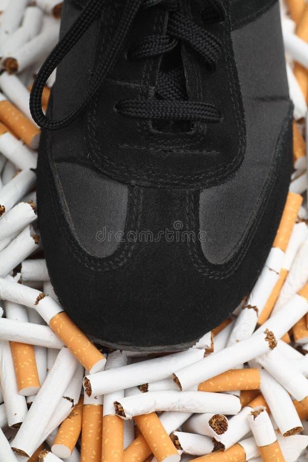 ¡Bastantes! ¡El fumar abandonado! imagenes de archivo