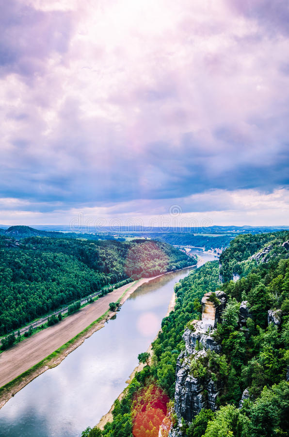 从Bastei的看法向河易北河在撒克逊人的瑞士 来通过云彩的太阳火光 德累斯顿 德国 库存照片