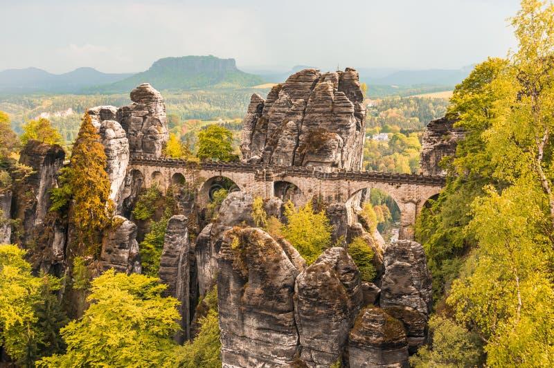 Bastei-Brücke in der sächsischen Schweiz im Herbst lizenzfreies stockfoto