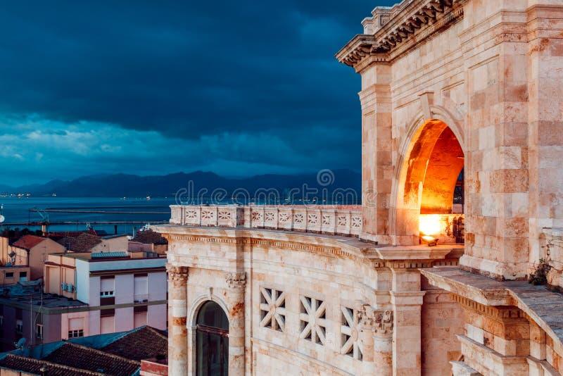 Bastião da manhã da cidade de Cagliari e a vista dela com um panorama da cidade de Sardinia fotos de stock