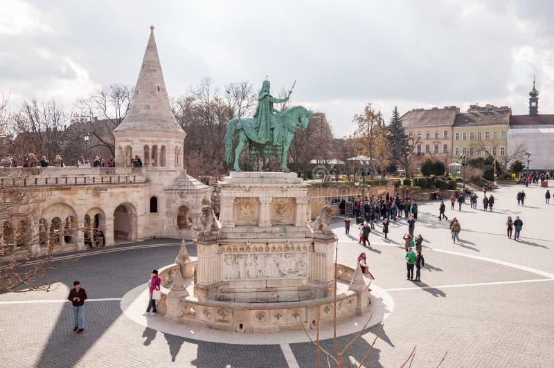 Bastião do ` s do pescador com a estátua equestre de St Stephen em Budapest foto de stock