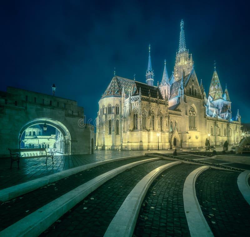 Bastión del ` s de los pescadores en la noche en Budapest, Hungría imagenes de archivo