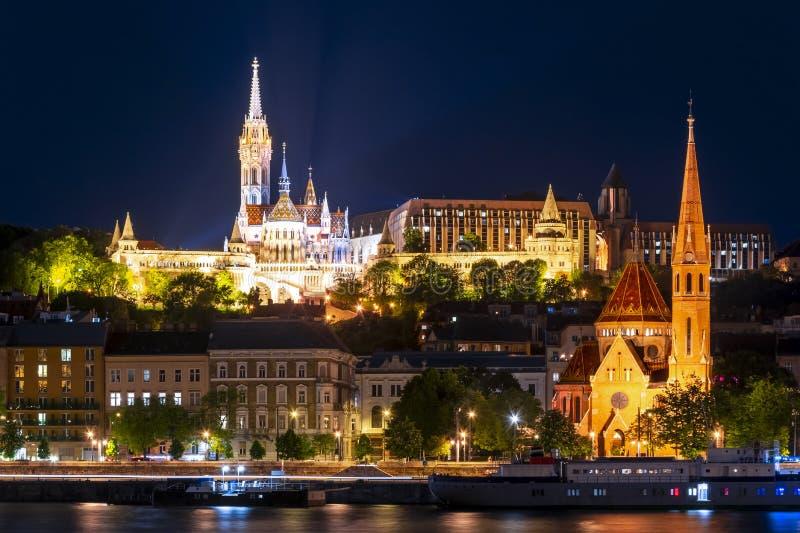 Bastión del ` s del pescador e iglesia en la noche, Budapest, Hungría del calvinista imagen de archivo libre de regalías
