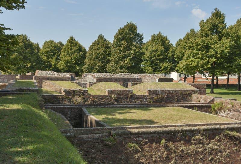 Bastiões medievais da cidade de Lucca, Itália imagens de stock