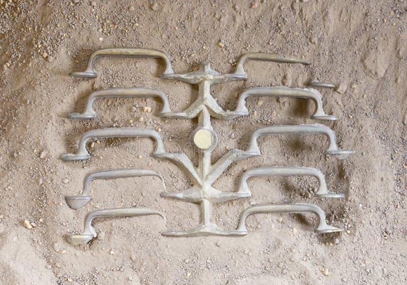 Bastidor del metal - manijas frescas que se refrescan abajo en la arena fotos de archivo libres de regalías