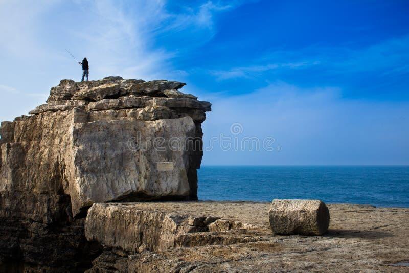 Bastidor del pescador en una roca grande fotos de archivo libres de regalías