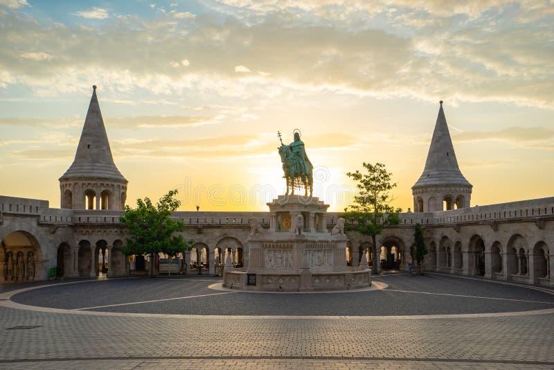 Bastion du ` s de pêcheur avec le lever de soleil à Budapest, Hongrie image libre de droits