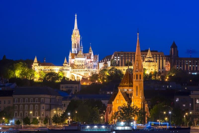 Bastion du ` s de pêcheur et église de calviniste la nuit, Budapest, Hongrie photos stock