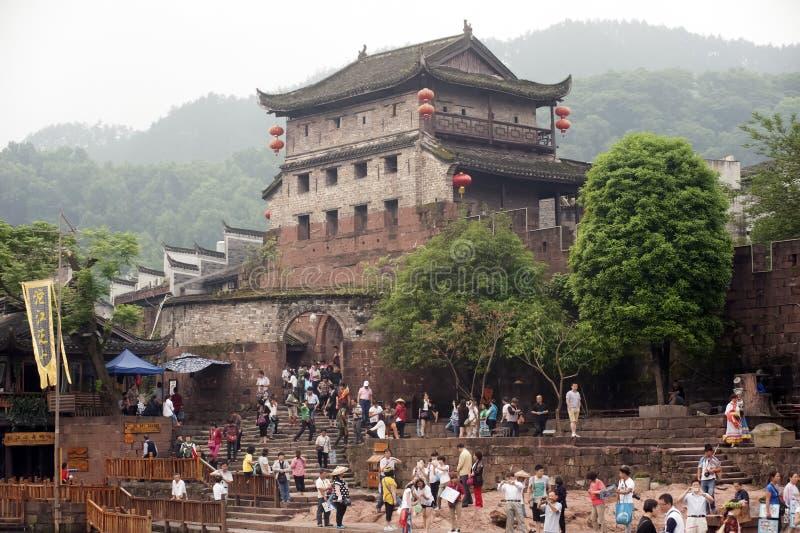 Bastion en de muur van de oude stad van Fenghuang stock foto's