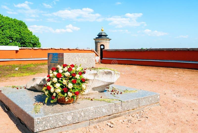 Bastione sovrano del Peter e di Paul Fortress Un segno commemorativo eretto in onore del fondare di St Petersburg fotografie stock