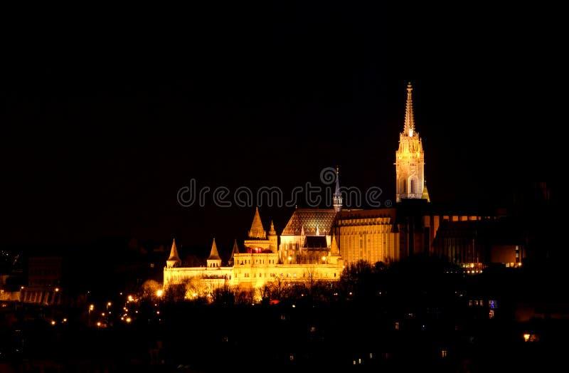 Bastionen/Matthias Church för fiskare` s står högt på natten Budapest arkivbilder