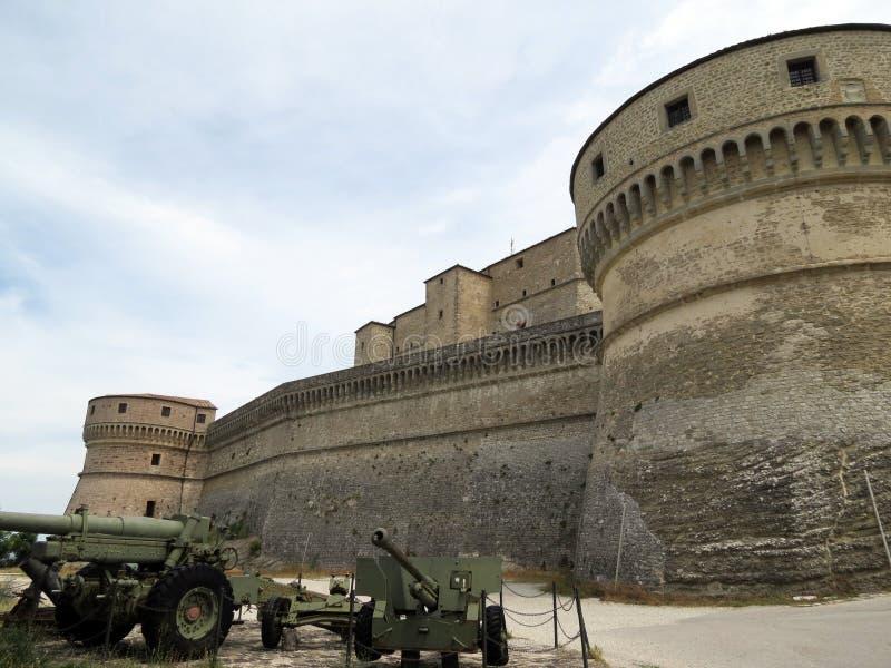 Bastioni ardui della fortezza di San Leo, Italia, Europa immagini stock libere da diritti