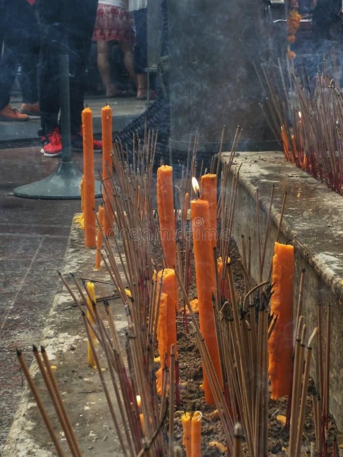 Bastoncini d'incenso e candele arancio fotografia stock