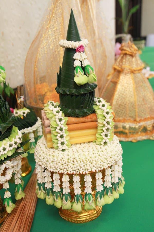Bastoncini d'incenso e candele per rendere omaggio immagine stock