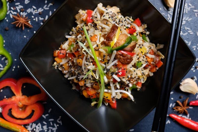 Bastoncini tradizionali orientali della cultura dell'alimento fotografia stock libera da diritti