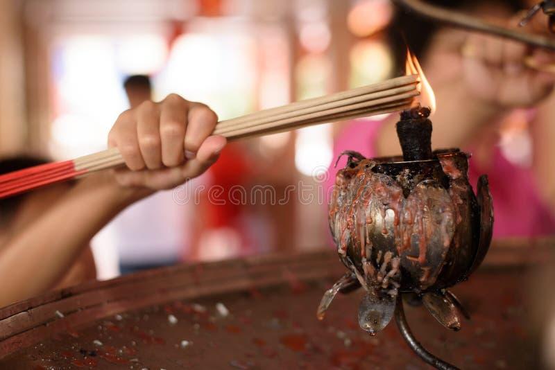 Bastone bruciante di incenso in mani del bambino immagine stock libera da diritti