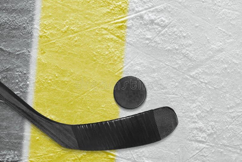 Bastone, disco e frammento di hockey dell'arena del ghiaccio con le linee nere e gialle fotografia stock