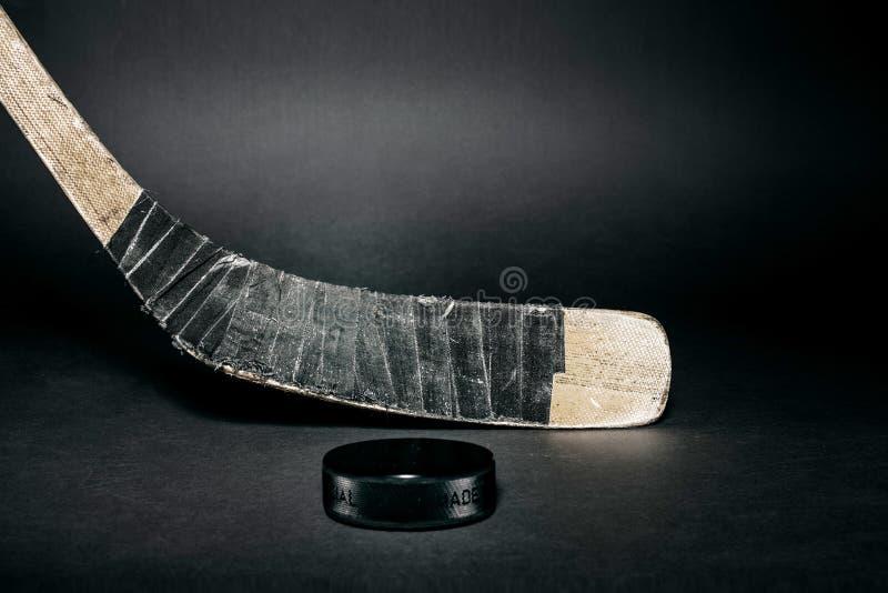 Bastone e disco di gomma di hokey immagine stock libera da diritti