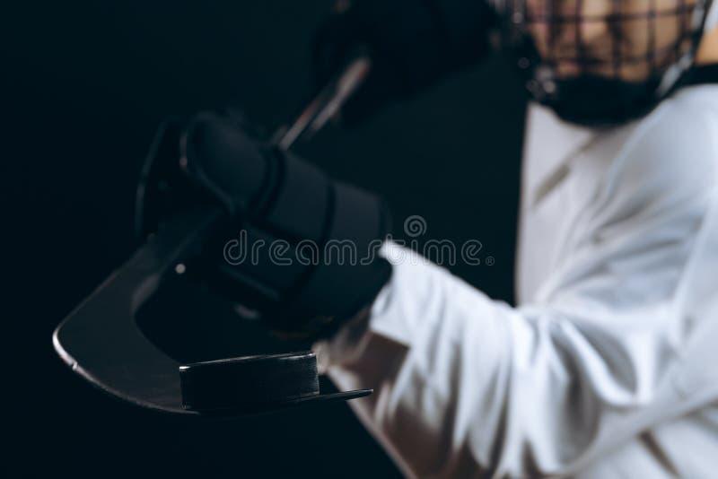bastone e disco di gomma di hokey del ghiaccio su ghiaccio fotografia stock libera da diritti