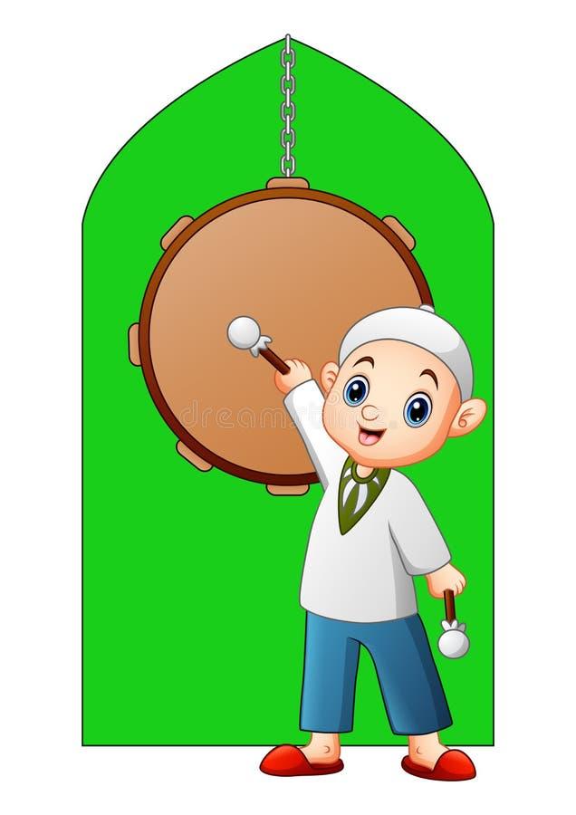 Bastone musulmano della tenuta del bambino che sta nella parte anteriore del tamburo della moschea royalty illustrazione gratis