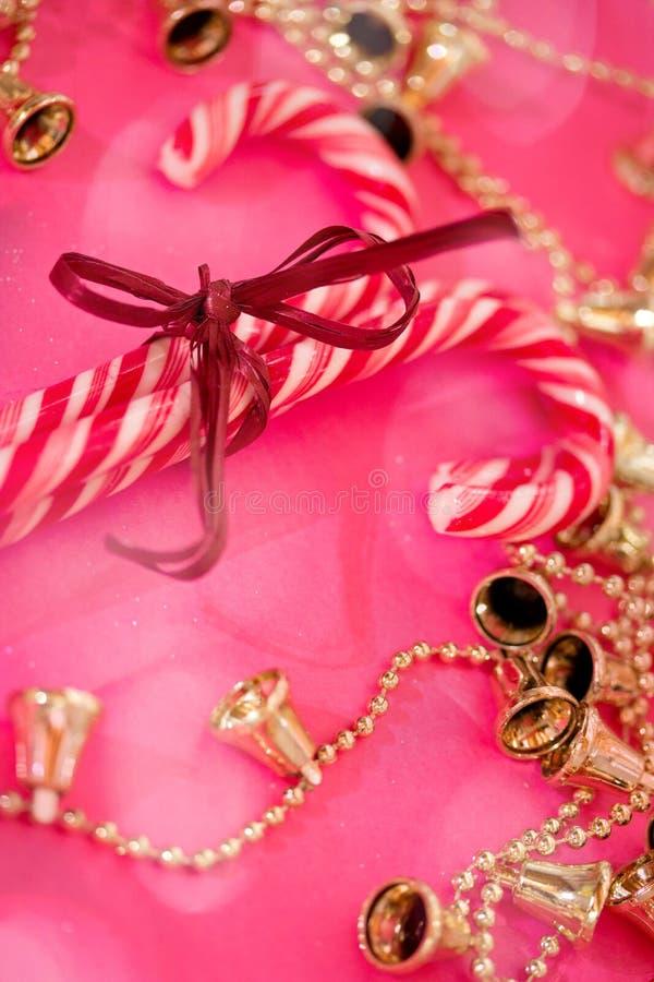 Bastones de caramelo de la Navidad roja y blanca en color de rosa foto de archivo
