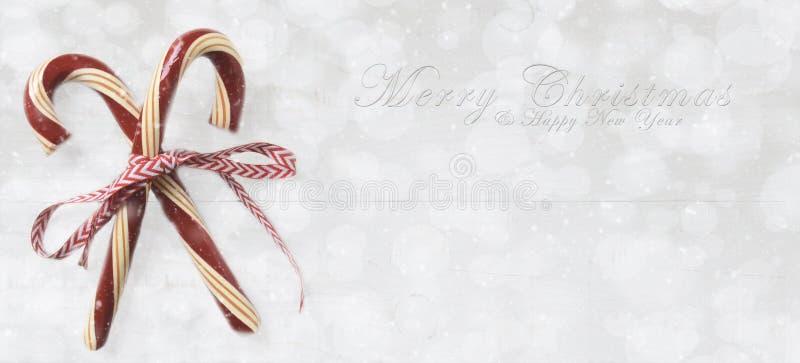 Bastones de caramelo del día de fiesta con Feliz Navidad y Feliz Año Nuevo imágenes de archivo libres de regalías