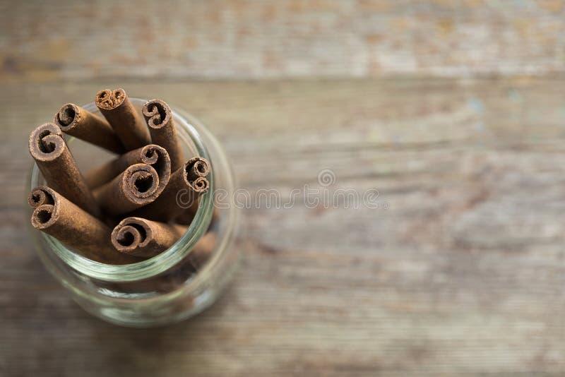 Bastoni di cannella su un fondo di legno fotografia stock